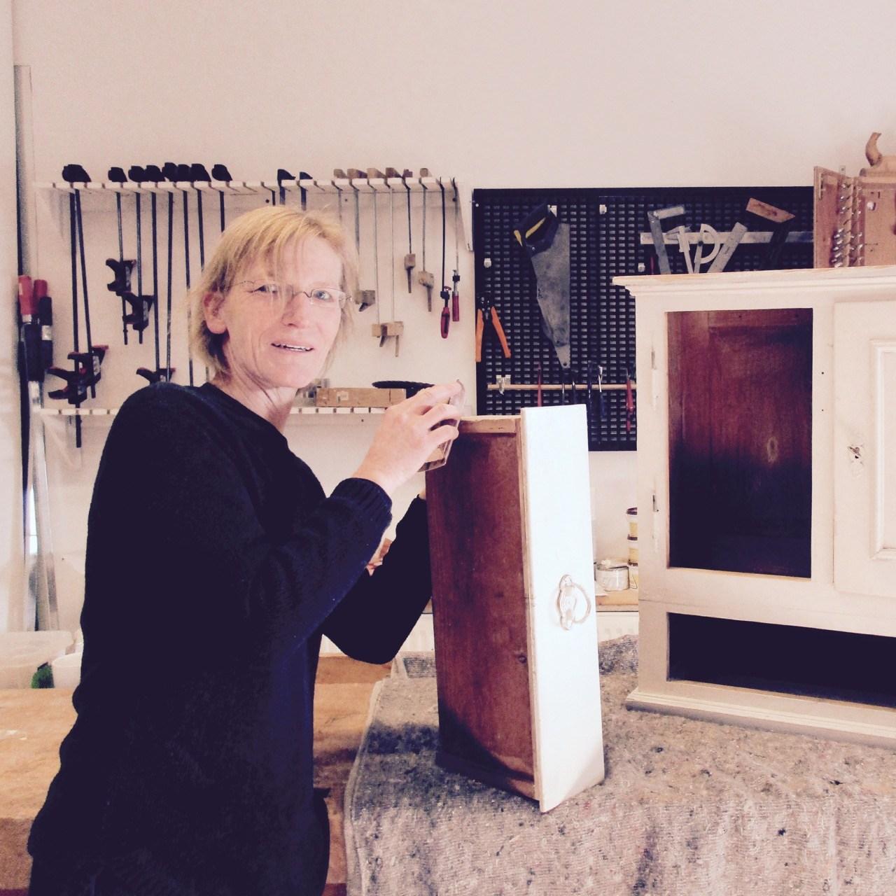 Sonja, Mitarbeiterin in der Holzwerkstatt, bei der Arbeit.
