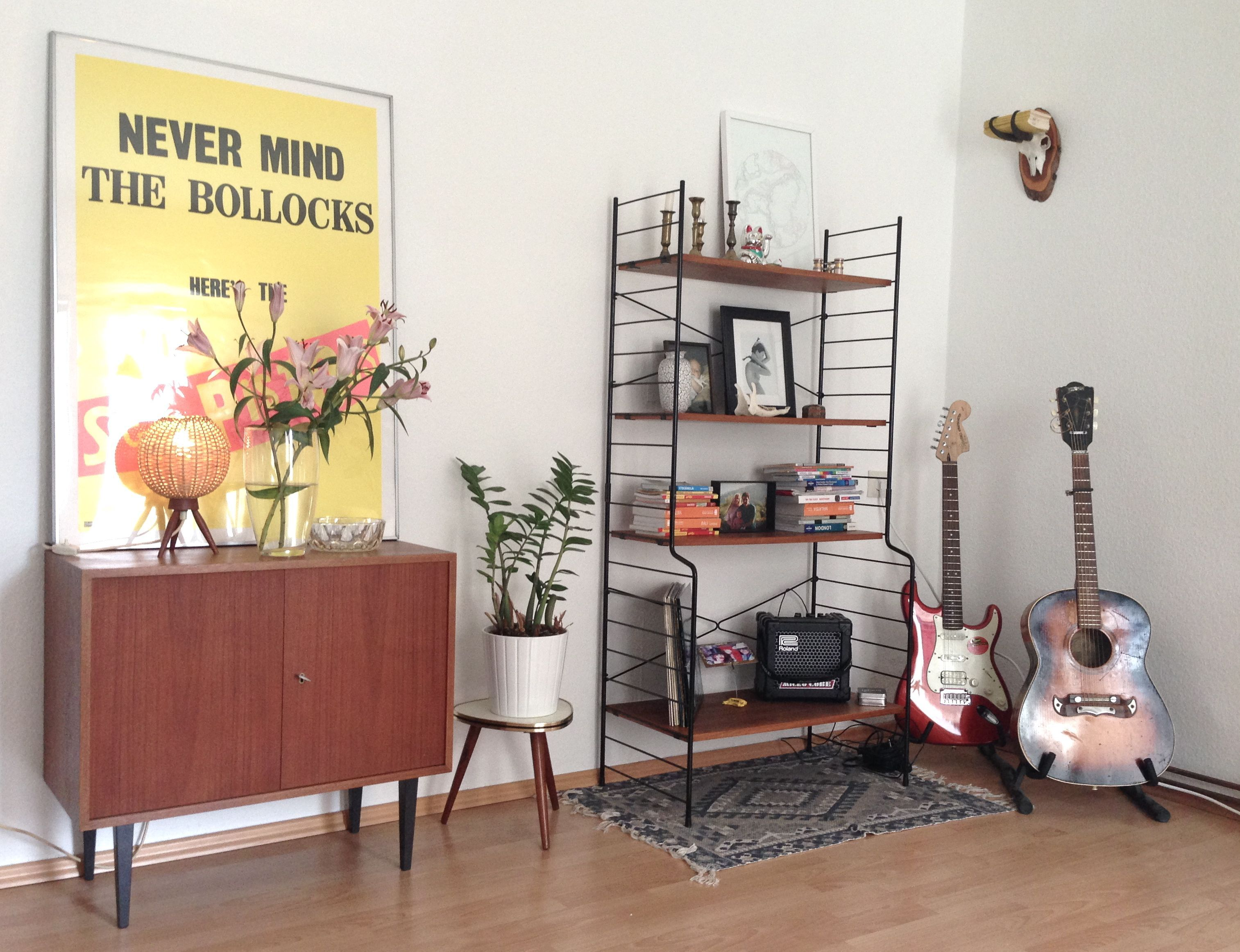 home story string regal gitarre und teak kommode retro. Black Bedroom Furniture Sets. Home Design Ideas