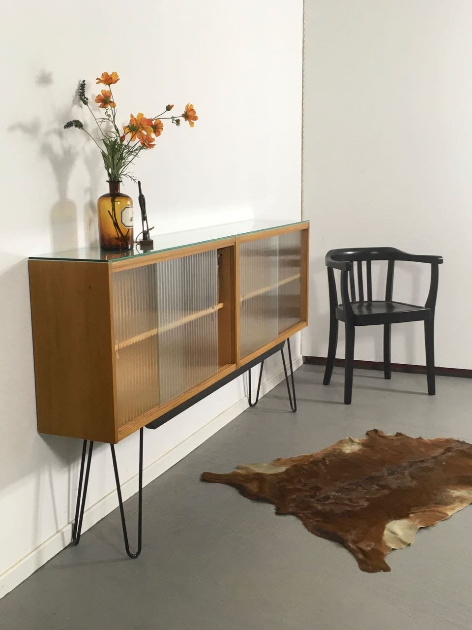 sold sideboard mit glast ren retro salon cologne. Black Bedroom Furniture Sets. Home Design Ideas